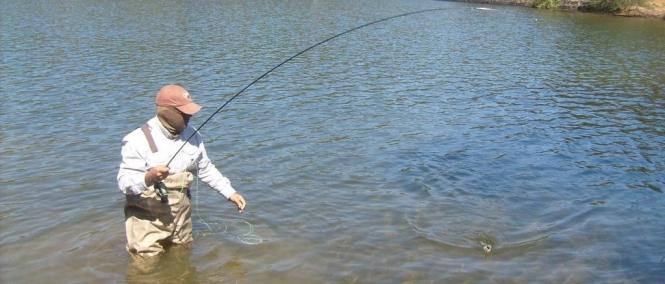 Juan Antonio Pérez pescando truchas