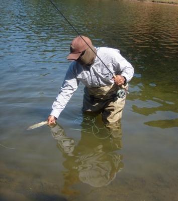 Juan pesca de truchas silvestres
