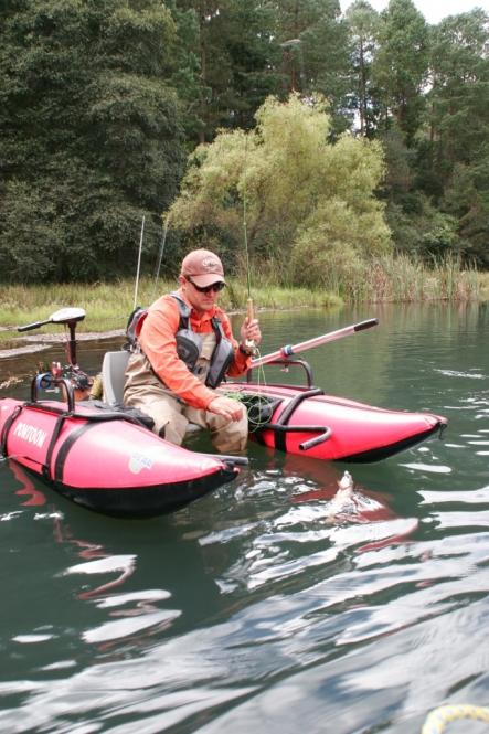 pescando truchas en ponton.JPG