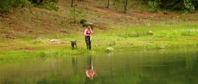 Yaisa Corrales pescando truchas silvestres